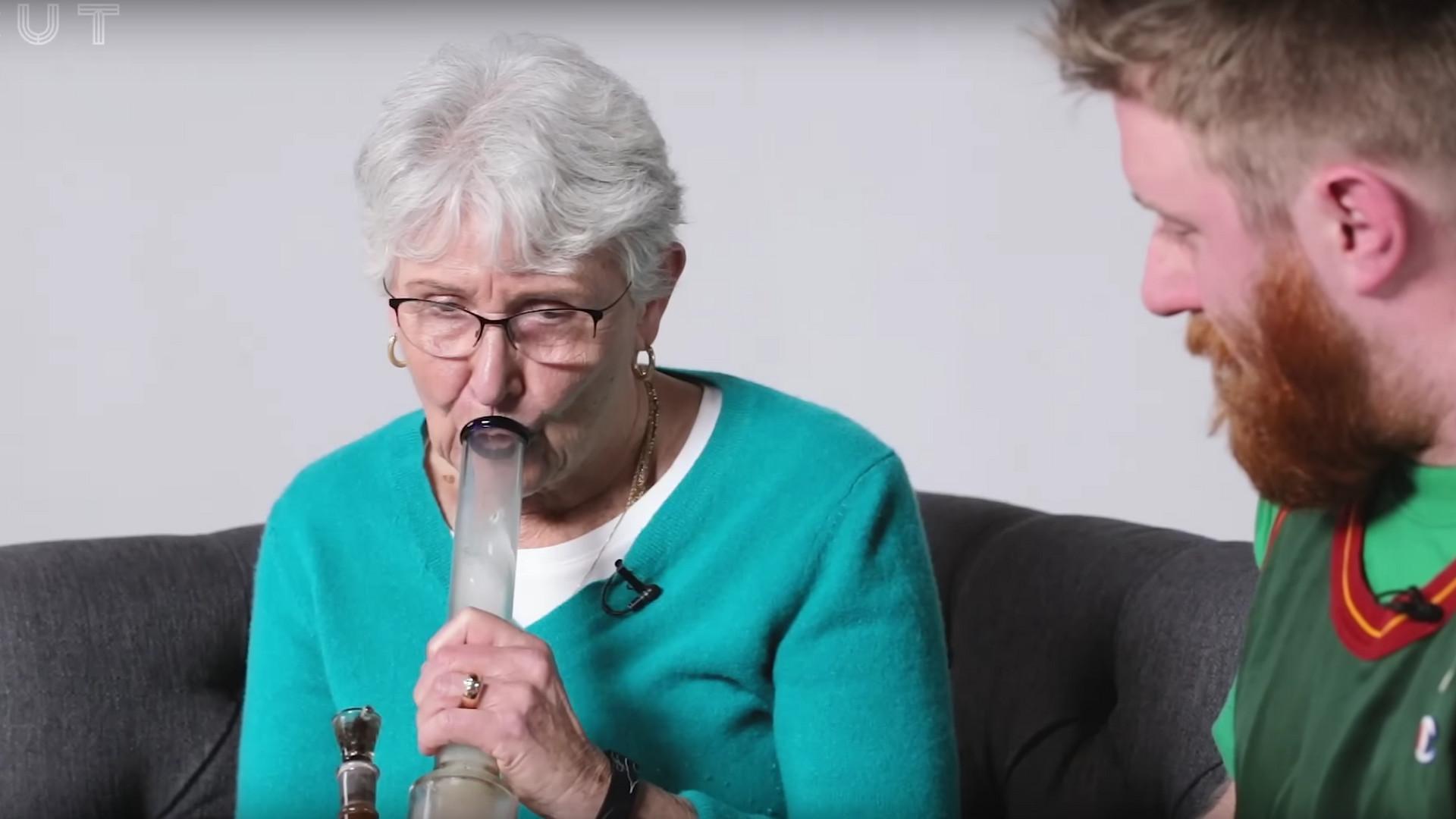 Oma und Enkel kiffen das erste Mal und es wird awkward - Noizz