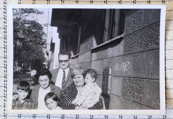 Jedna od prvih fotografija Raše Popov: na slici je u naručju voje mame
