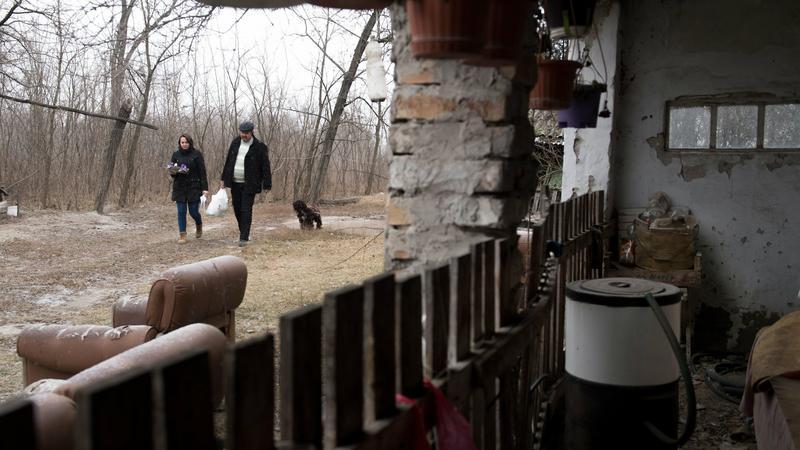 Döbbenetes fotók Magyarország pokoli szegénységéről - ahol a pap hozza az ajándékot a túlélésért