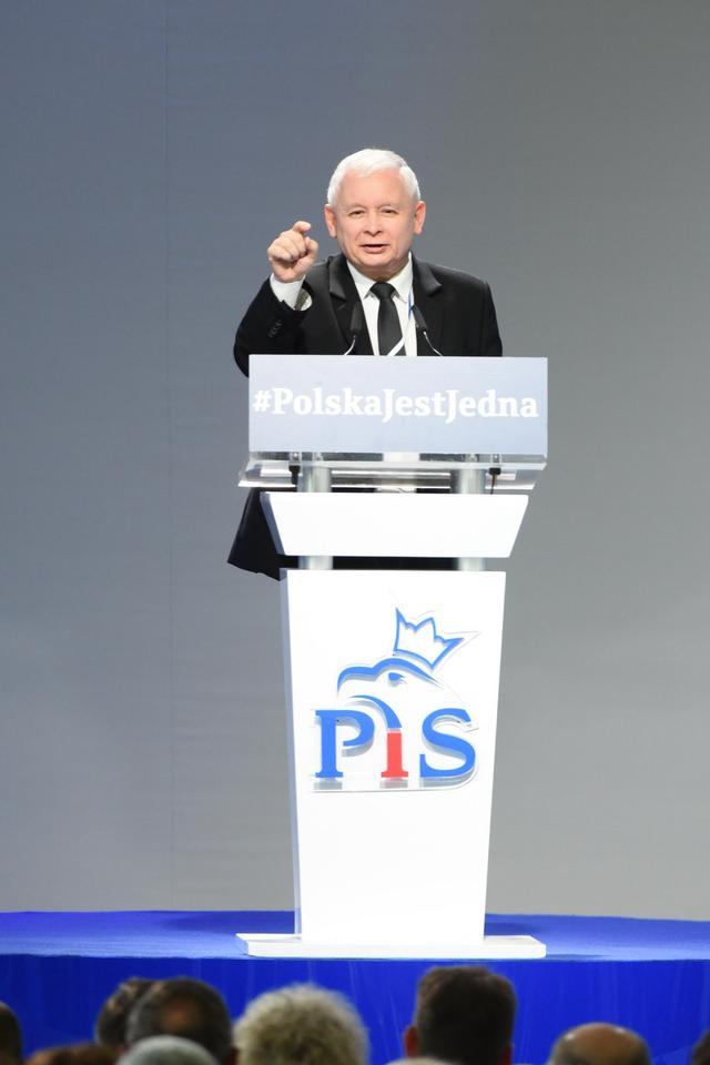 Kaczyński na kongresie gani i chwali ministrów!