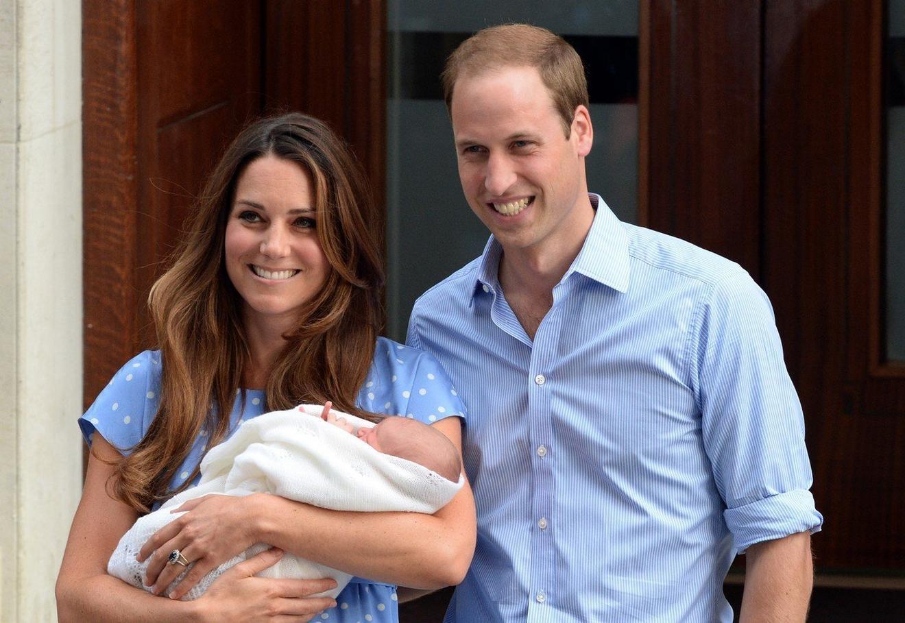 Kejt i Vilijam sa princom Džordžem 2013.  ispred bolnice