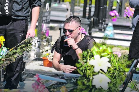 Zoran Marjanović na supruginom grobu