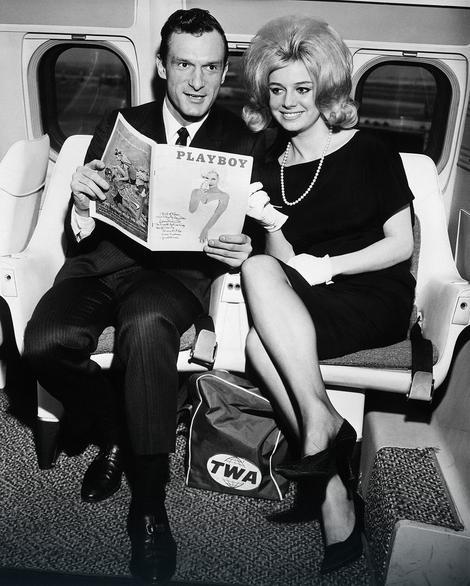 """Hju Hefner i Sintija Madoks, koja se pojavila na februarskoj naslovnoj strani """"Plejboja"""", snimljeni 29.1. 1962."""