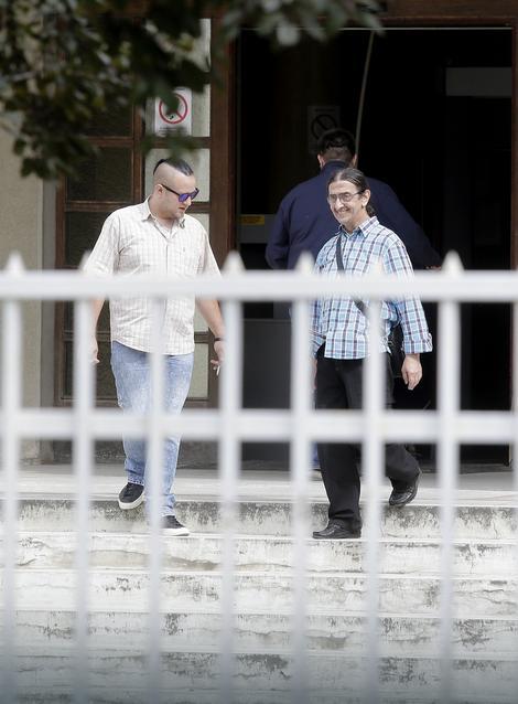Vladimir nasmejan izašao iz zatvora gde je išao da poseti svog sina
