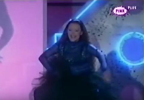 ŠTA JOJ SE DESILO? Nekada popularna pop pevačica danas izgleda OVAKO! VIDEO