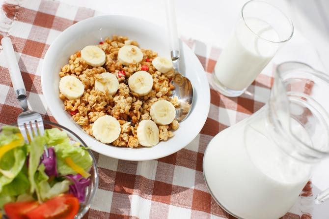 Ne preskačite doručak. Odliča kombinacija je voće sa žitaricama