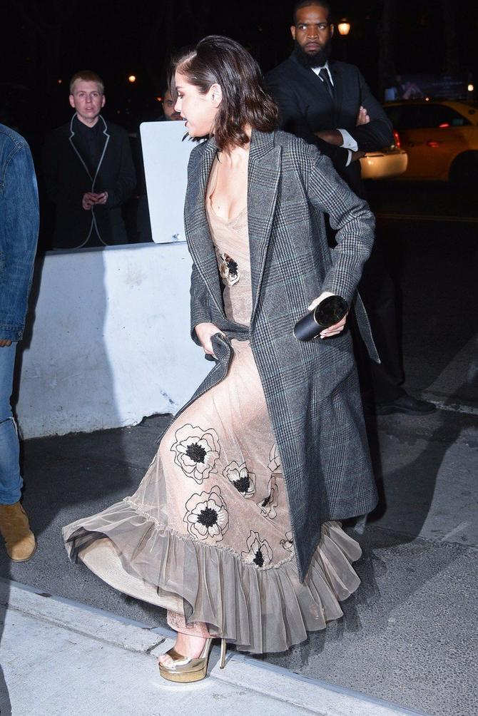 Ispod mantila krila se sjajna haljina