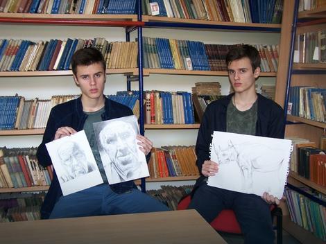 Radan i Miljan Ilić sa svojim crtežima