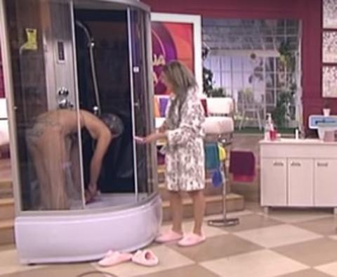 Skinula se POD tušem - voditeljke UTRLJAVALE sapunicu! VIDEO