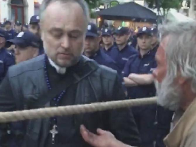 Beskućnik je zatražio novac od sveštenika: Ono što je usledio, razbesnelo je HILJADE LJUDI!