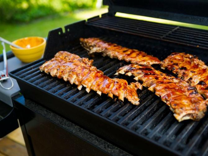Zaboravite slaninu! OVO je najbolji trik da se hrana ne lepi za roštilj!