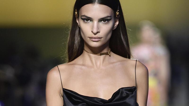Bella Hadid, Kendall Jenner, Emily Ratajkowski: szupermodell-parádé Versace divatbemutatóján