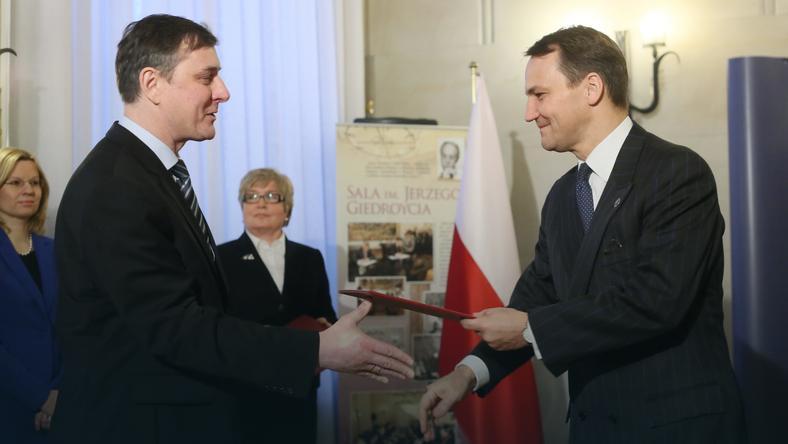 Tomasz Chłoń (z lewej) odbierający nominację na ambasadora Słowacji (2013 r.)