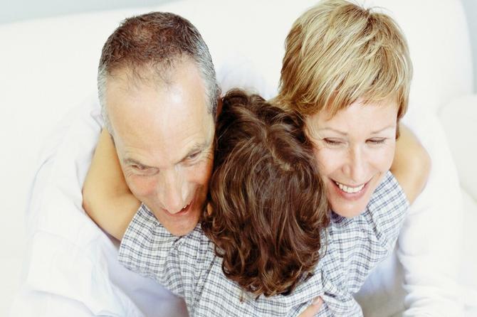 Pitam se ja, da li je normalno da neko postaje otac sa 60 i majka sa 40 i kusur?