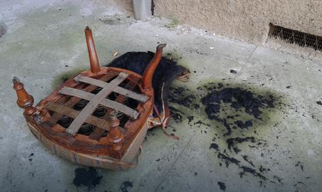 Izgorela stolica ispred zgrade