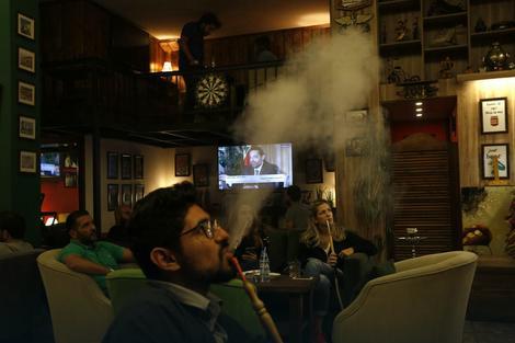 Gosti kafića u Bejrutu gledaju intervju bivšeg premijera Saada Haririja