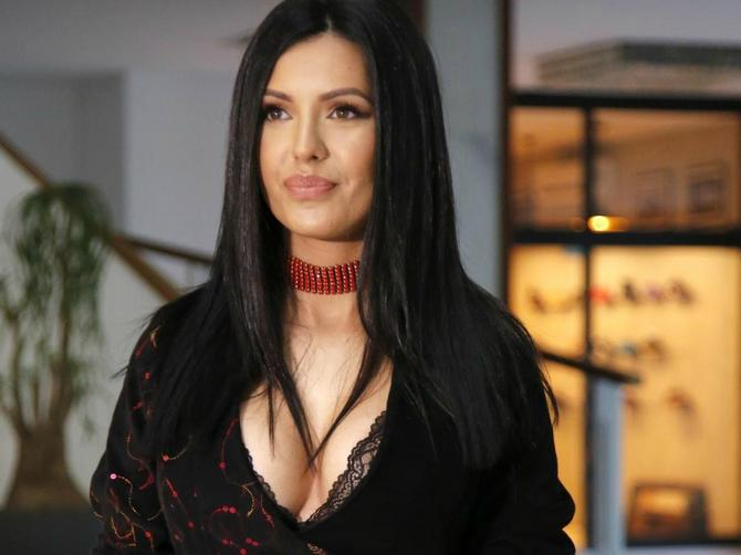 Tanja Savić utegla grudi u prekratku haljinu: Kad joj vidite ČARAPE, biće vam jasno zašto je njen stajling POTPUNI KIČ