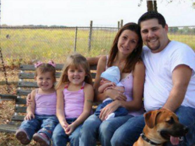 Svi šeruju ovu običnu porodičnu sliku: Možete li da vidite DETALJ koji ovde NIKAKO NE PRIPADA?