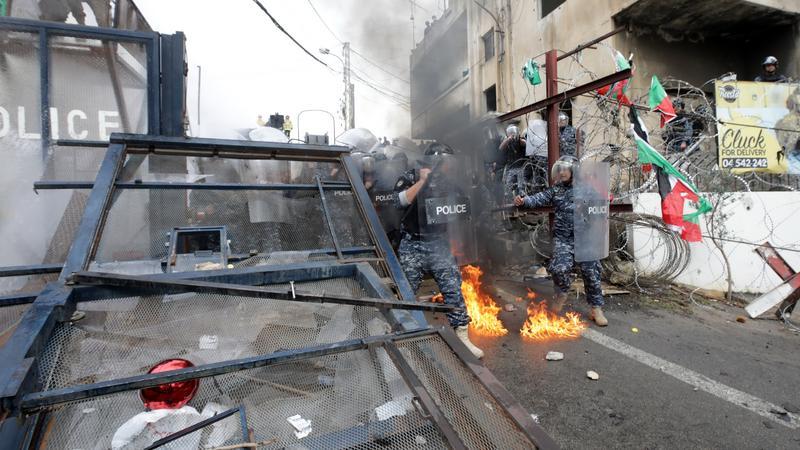 Elszabadult a pokol: fegyveres rohamrendőrök oszlatják fel a palesztin tüntetőket – fotók