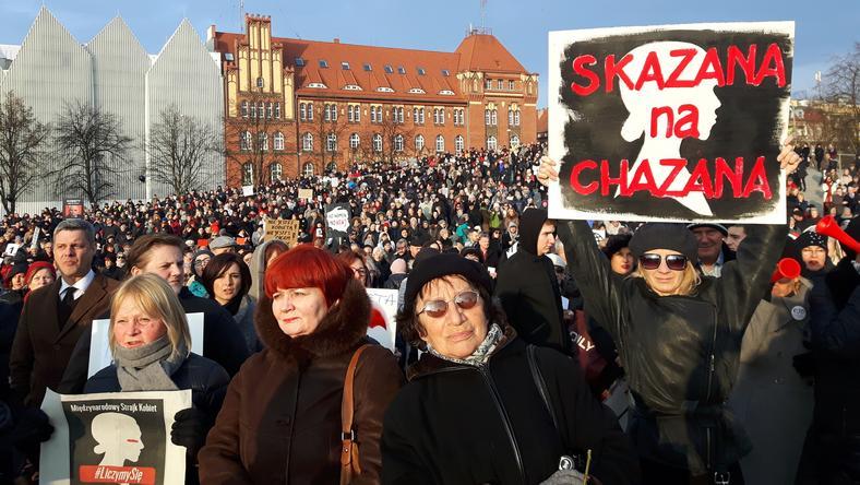 Strajk Kobiet w Szczecinie. Gwizdki, znicze i transparenty