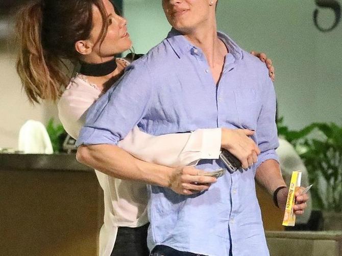 Ona ima 43, a on tek 21 godinu i NE SKIDAJU ruke jedno s drugog: O ovoj kontroverznoj romansi bruji svet!