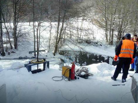 Radnici razbijaju led