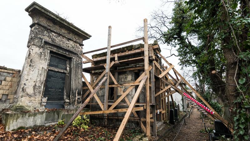 Döbbenetes állapotok: omladozó kripták és megrongált sírok a budapesti zsidó temetőben – fotók