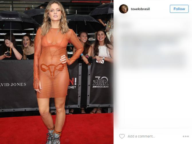 """Pevačica obukla bizarnu """"golu"""" haljinu i uzburkala društvene mreže: Kako OVO objasniti?"""