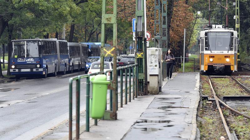 Ezrt Nem Jr A 61 Es Villamos Budn Csnyn Tnkrevgta Vz Feljtott Snplyt Fotk