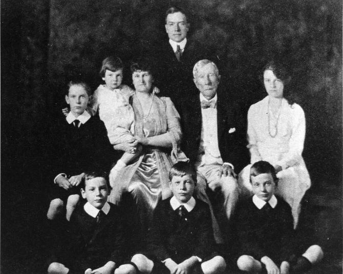 Dejvid, prvi u trećem redu, sa leve strane, sa roditeljima, braćom i sestrama