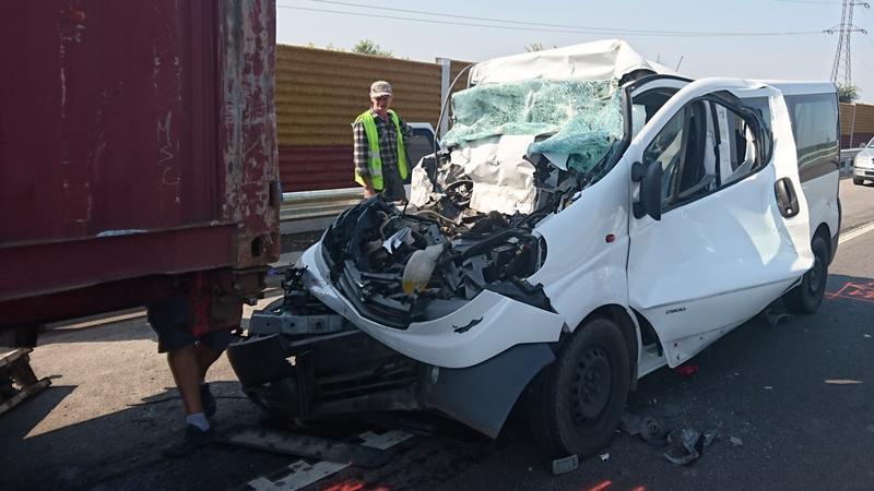 Brutális: nagy sebességgel, hátulról csattant bele a kamionba a kisbusz Ceglédnél – Fotók a rommá tört autóról