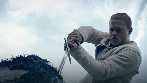 """Scena iz filma """"Kralj Artur: Legenda o maču"""""""