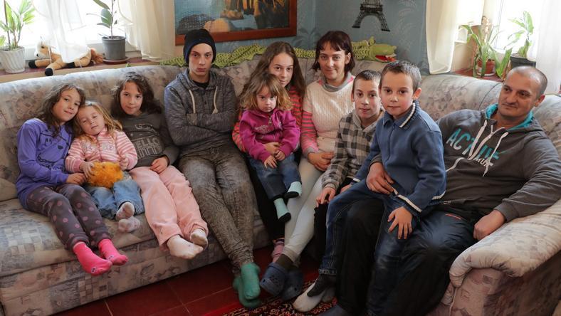 A képen balról jobbra haladva: Katrin (9), Viktória (3), Tatjána (9), János (16), Jázmin (2), Tamara (13), Mária (34), Patrik (11), Viktor (7), János (44) /Fotó: Grnák László