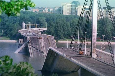 Most slobode u Novom Sadu srušen 1999. godine