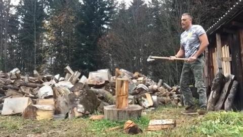 ŽENE ĆE BITI ODUŠEVLJENE! Kako Čeda Jovanović cepa drva?