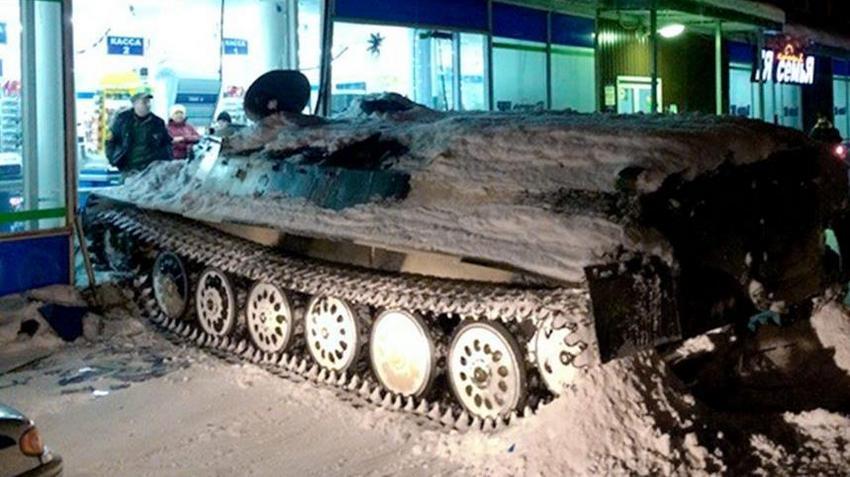 Rosja. Wjechał czołgiem do monopolowego i ukradł wino