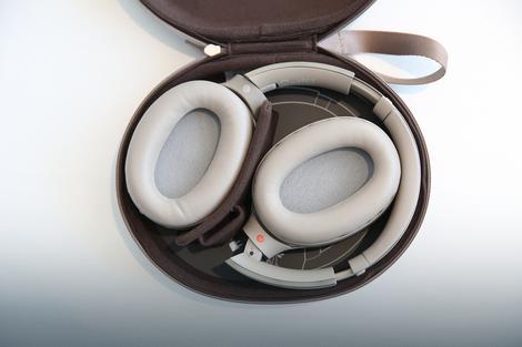 Slušalice se vrlo lako pakuju u prenosivu futrolu