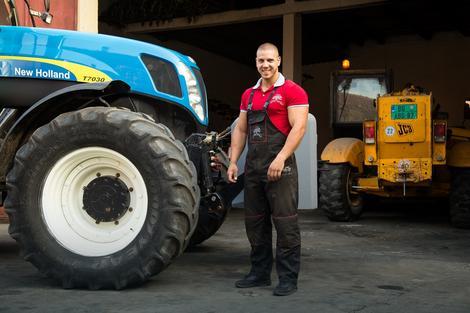Životna odluka: Miloš Petrov (23) pred svojim traktorom