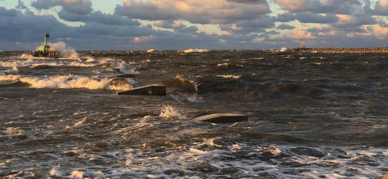 Sztorm na Bałtyku: fale niszczą molo w Sopocie