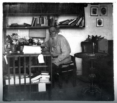 Lav Tolstoj u radnoj sobi 1908.