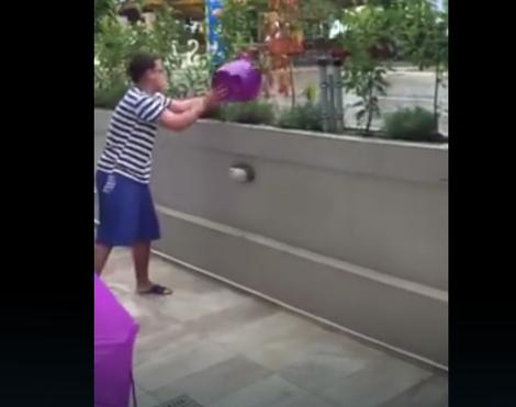 Srpski turisti izbacuju vodu