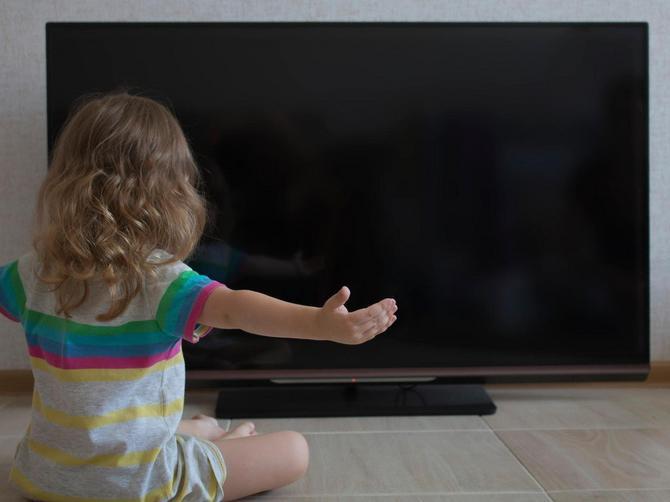 Pustila je ćerki da gleda Pčelicu Maju: A onda je videla OVAJ KADAR zbog koga je MOMENTALNO isključila TV i bacila crtani