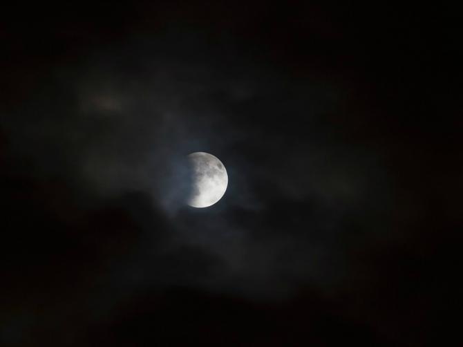 Srebrni mesec večeras obasjava Srbiju! Narodno verovanje kaže da će vam OVA STVAR dozvati novac u život!