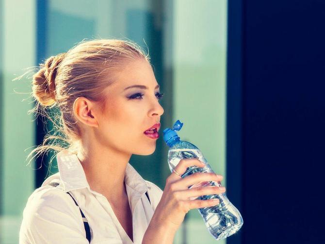 Obavezno pogledajte dno na flašici vode! Ako vidite OVAJ ZNAK, bacite je što pre jer je OPASNA PO ZDRAVLJE