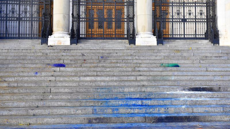 Betört ablakok, festékkel megrongált Parlament – Íme a pusztítás nyomai: így fest a Kossuth tér a csütörtöki tüntetés után – fotók