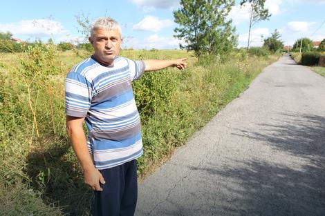 Otac dečaka pokazuje gde se desio napad