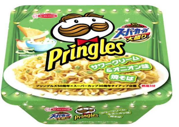 Die Instant-Cup-Nudeln in der Sorte Pringles Sour Cream and Onion Yakisoba