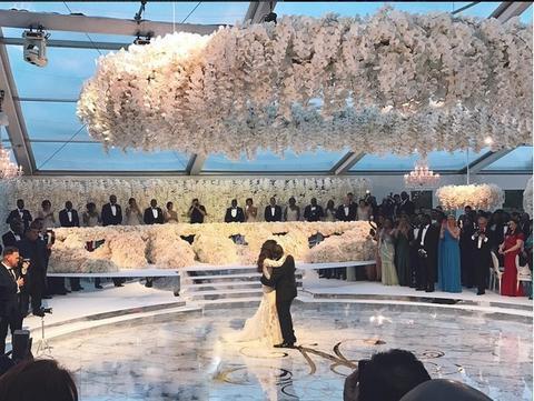 ZABOLEĆE VAS GLAVA OD LUKSUZA: Najbogatija žena je oženila sina, a 200.000 dolara je platila poznatom pevaču za nastup! (VIDEO)