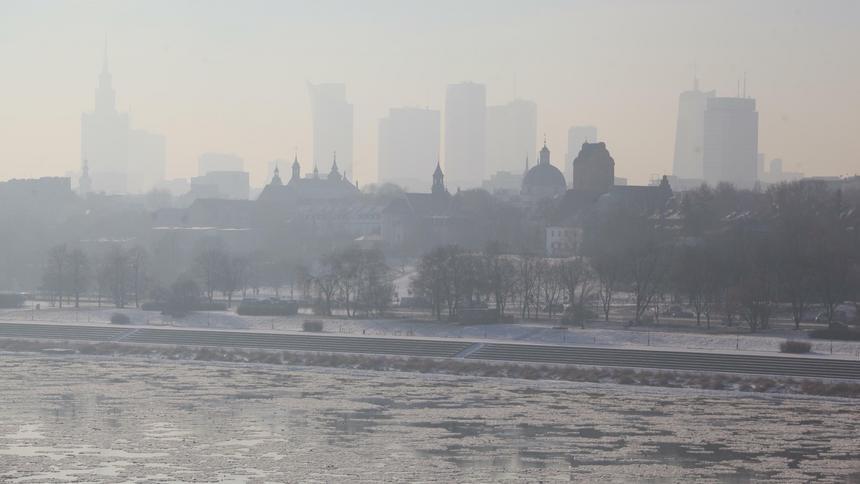Czarny zimowy smog, to pyły, tlenek węgla, tlenki siarki oraz azotu, rakotwórczy benzo(a)piren.