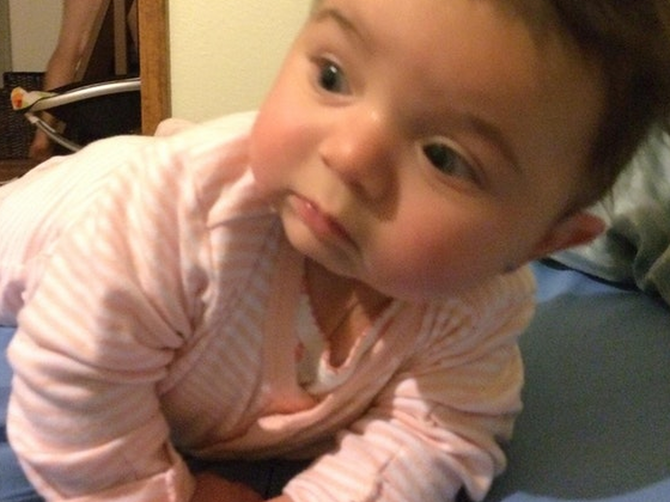 Okačila je sliku ćerkice na Fejsbuk: Da je bolje pogledala ZAŠTO je beba začuđena, znala bi da će se uskoro BAŠ OBRUKATI